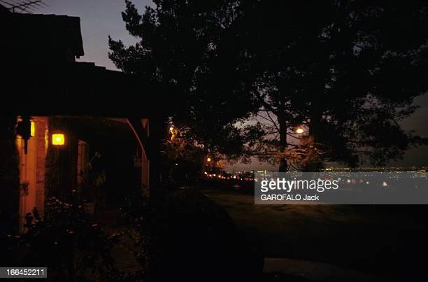 The House Of Sharon Tate Californie Bel Air octobre 1969 la propriété de Sharon TATE actrice américaine prise de vue de nuit avec la terrasse et les...