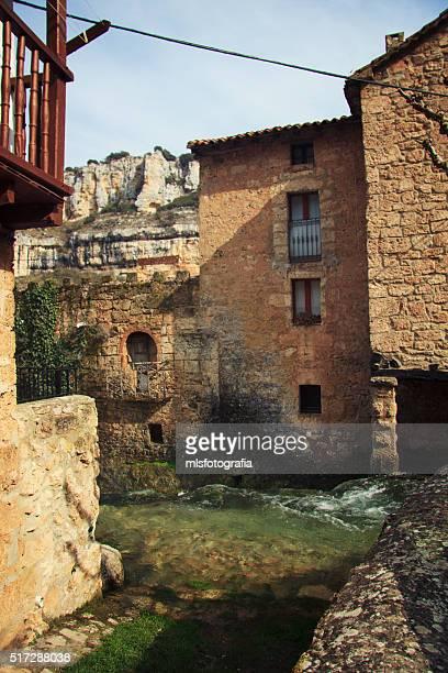 the houses along the creek - orbaneja del castillo photos et images de collection