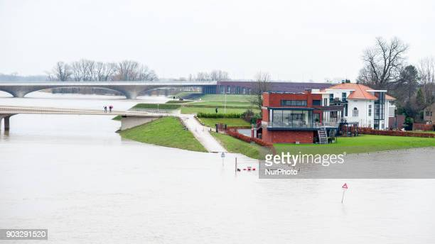 The houses around the Spiegelwaal are almost under water