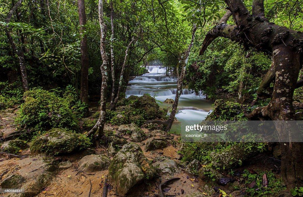 O Huai Mae Khamin Cascata : Foto de stock