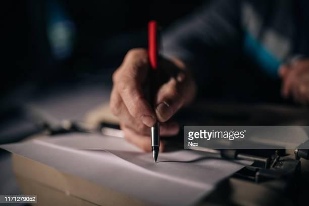 die menschliche hand schreibt - schreiben stock-fotos und bilder