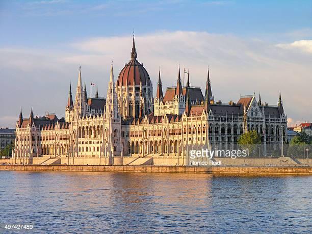 the hungarian parliament at sunset - sede do parlamento húngaro - fotografias e filmes do acervo