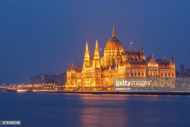 Le Parlement hongrois à la rive du Danube, Budapest, Hongrie