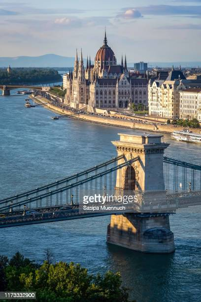 the hungarian parliament building and chain bridge on the banks of the danube - ponte széchenyi lánchíd - fotografias e filmes do acervo