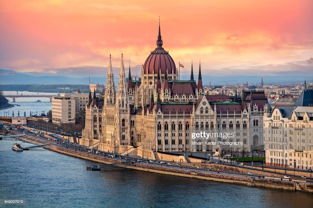 The Hungarian Parliament on the Danube River at Sunset in Budapest, Hungary : Foto de stock