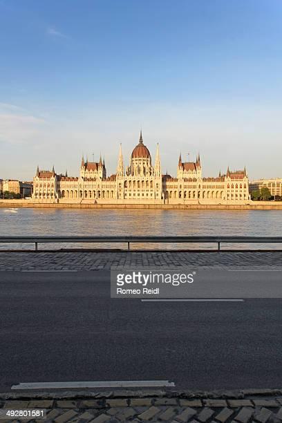 the hungarian parliament with road - sede do parlamento húngaro - fotografias e filmes do acervo