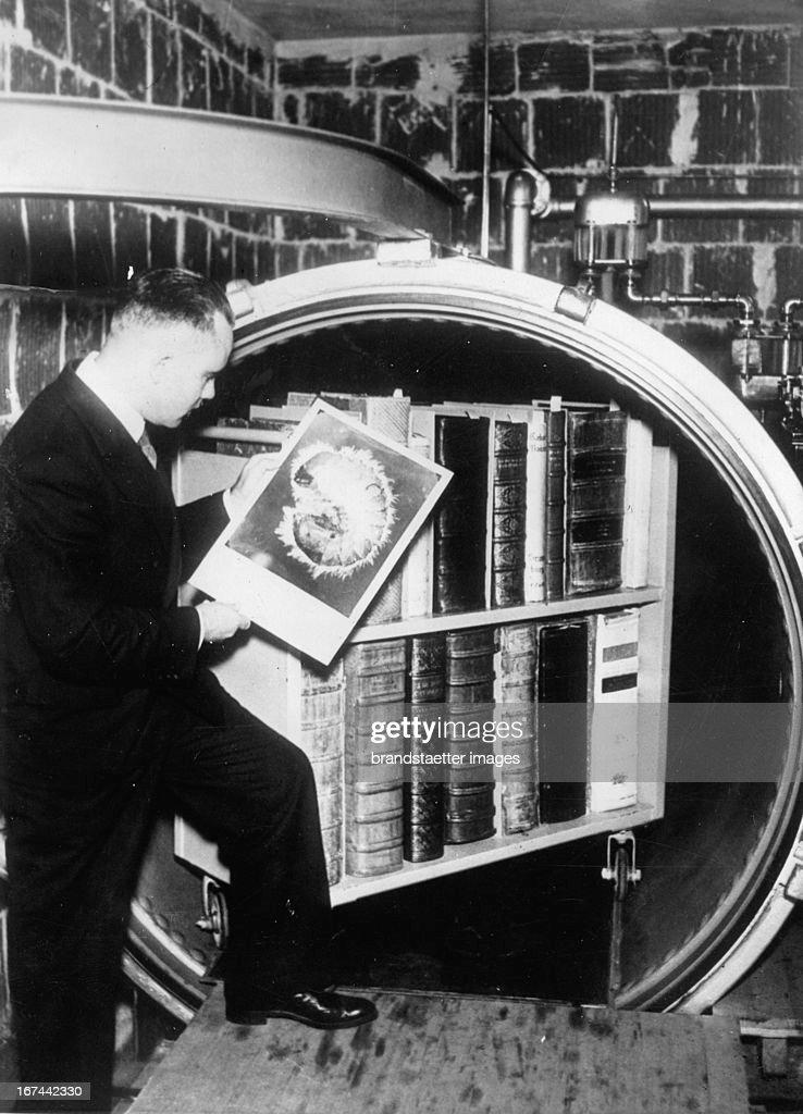 The Huntington University protects their old books in a new memory. 1934. Photograph. (Photo by Imagno/Getty Images) Die Universität Huntington schützt ihre alten Bücher in einem neuartigen Speicher. 1934. Photographie.