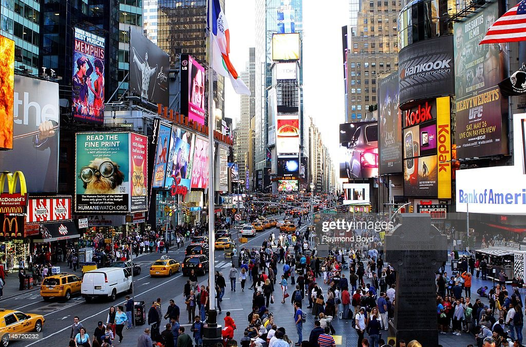 the hustle and bustle of times square looking south as shot from the photo d 39 actualit. Black Bedroom Furniture Sets. Home Design Ideas