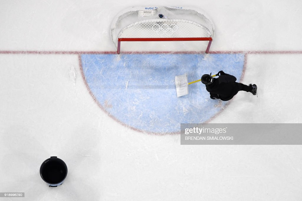 TOPSHOT - The ice is resurfaced during the men's preliminary round ice hockey match between Finland and Norway during the Pyeongchang 2018 Winter Olympic Games at the Gangneung Hockey Centre in Gangneung on February 16, 2018. / AFP PHOTO / Brendan SMIALOWSKI