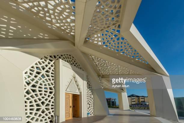 the ilahiyat (theology) mosque at altunizade neighborhood of uskudar district, istanbul turkey - contemporary istanbul foto e immagini stock