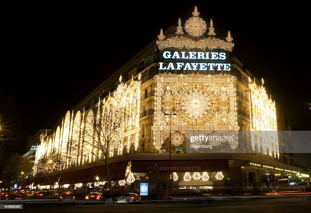Christmas Shoppers In London, Paris, And Berlin : News Photo