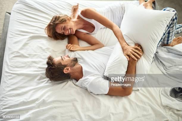 la inminente pelea de almohadas - cama fotografías e imágenes de stock