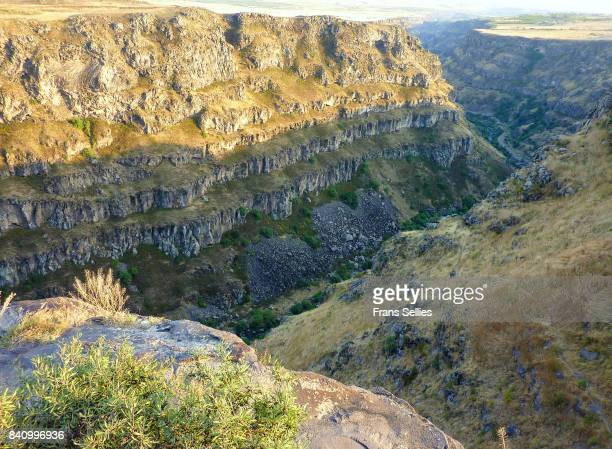 the impressive kasagh river gorge at saghmosavank, looking direction ashtarak, armenia. - frans sellies stock pictures, royalty-free photos & images