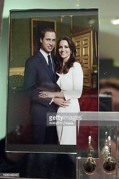 The In London Of Lovers Kate Middleton And Prince William Dans la vitrine du bijoutier Links of London le portrait officiel des fiançailles du prince...