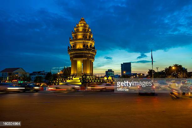 the independence monument in phnom penh - phnom penh stock pictures, royalty-free photos & images