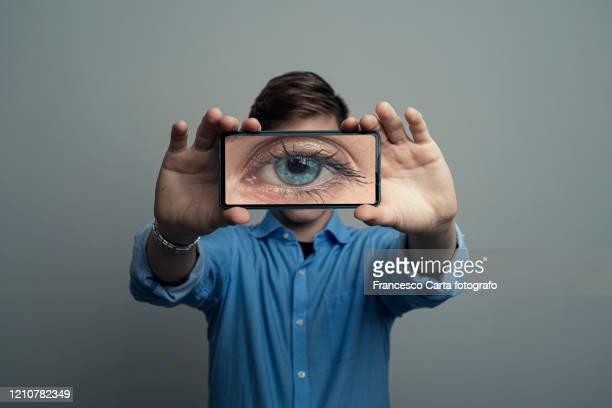 the indiscreet eye - blick in die kamera stock-fotos und bilder