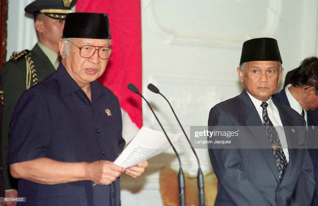 The Indonesian dictator has decided to resign after 32 years of power.