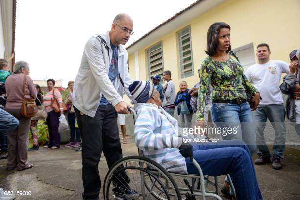the influenza a (h1n1) vaccination campaign in brazil - world health organization stock pictures, royalty-free photos & images