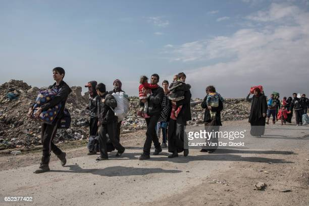 The inhabitants of west Mosul leave their districts toward the airport to flee the fights.