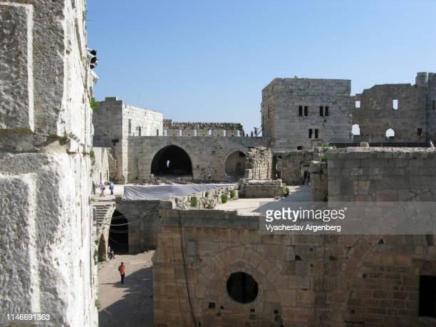 the inner court of krak des chevaliers medieval castle, syria - argenberg - fotografias e filmes do acervo