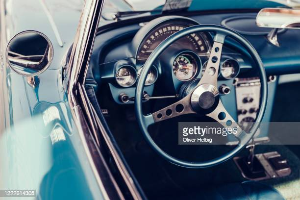 the interior of an vintage american car from the 50s with steering wheel and gearstick - 取っ手 ストックフォトと画像