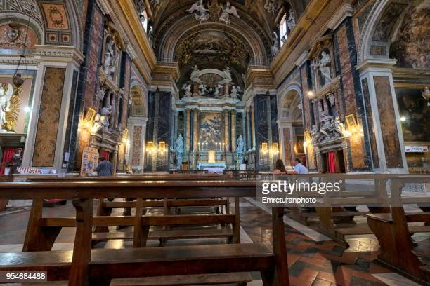 the interior view of gesu and maria church with a few people praying inside in rome. - emreturanphoto stock pictures, royalty-free photos & images