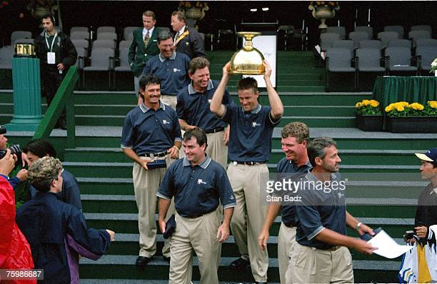 The Internationals get the cup during the 1998 Presidents Cup on December 1113 1998 at Royal Melbourne GC in Melbourne Victoria Australia