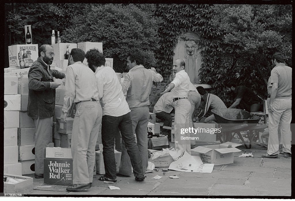 People Unpacking Liquor at the Iranian Embassy : Foto di attualità
