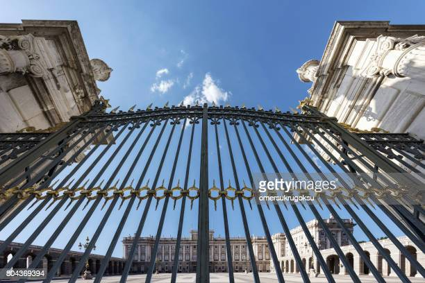 the iron gates front of the royal palace in madrid, spain - chiuso per ferie foto e immagini stock