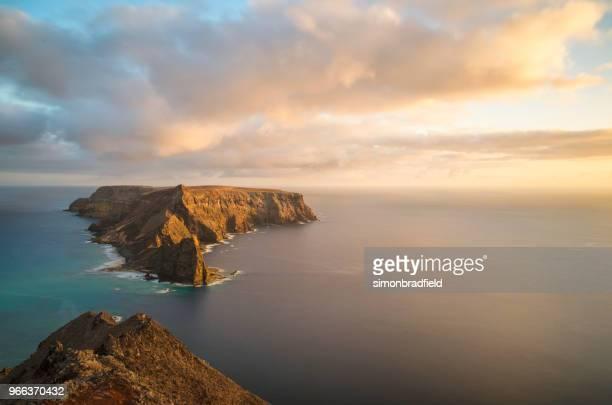 la isla de ilhéu da cal en porto santo al atardecer - madeira fotografías e imágenes de stock
