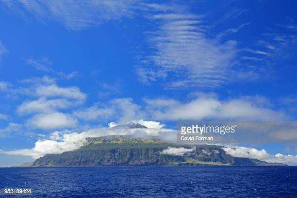 the island of tristan da cunha from the southern end. - tristan da cunha eiland stockfoto's en -beelden