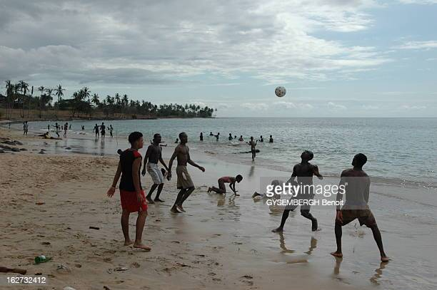 The Islands Of Sao Tome And Principe Des jeunes jouant au foot sur la plage du Gobernador