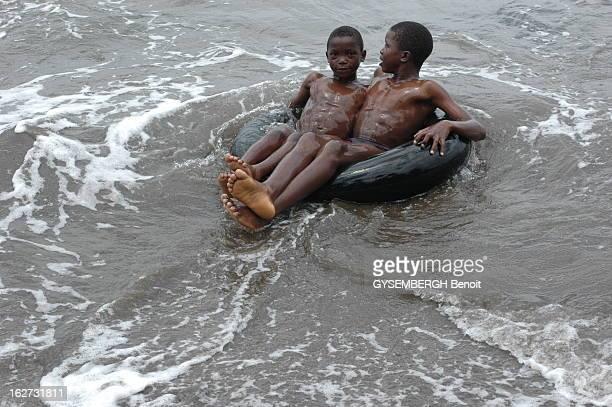 The Islands Of Sao Tome And Principe Enfants s'amusant sur une bouée
