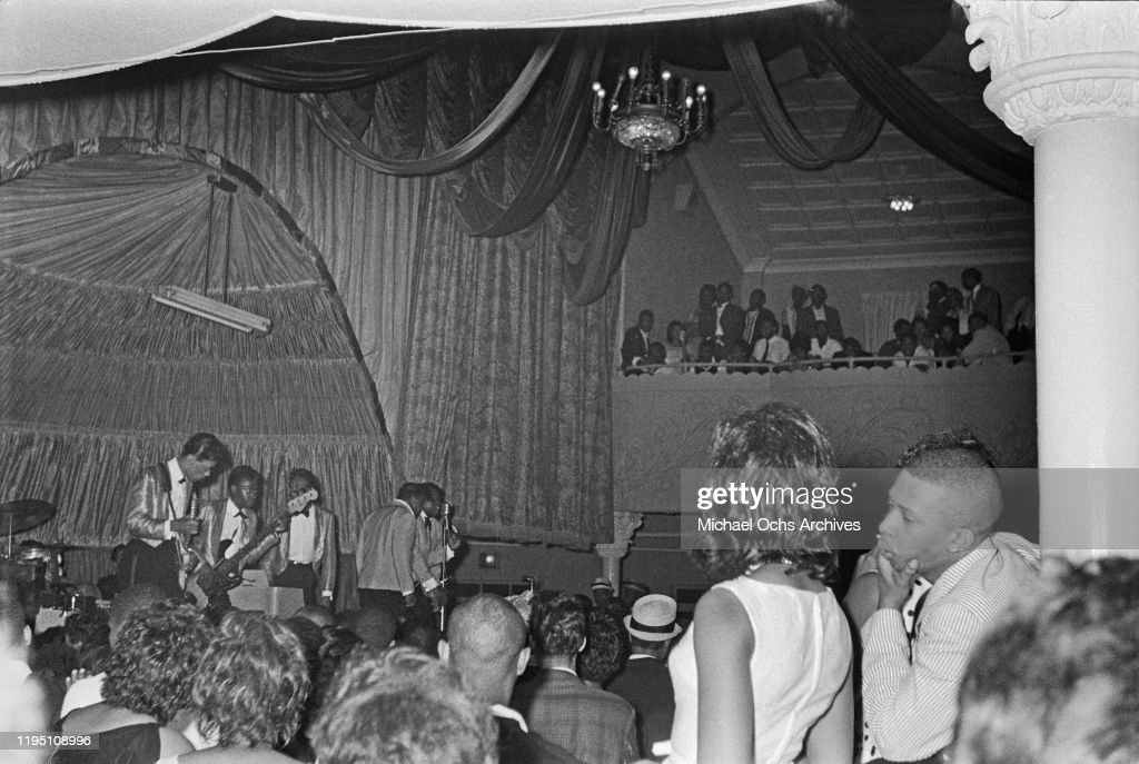 Isley Brothers Performing With Jimi Hendrix : News Photo