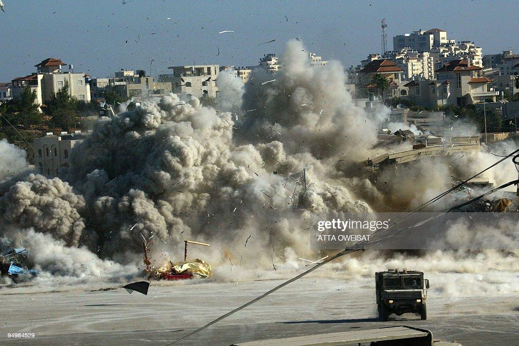 The Israeli army blows up a building in : Fotografía de noticias