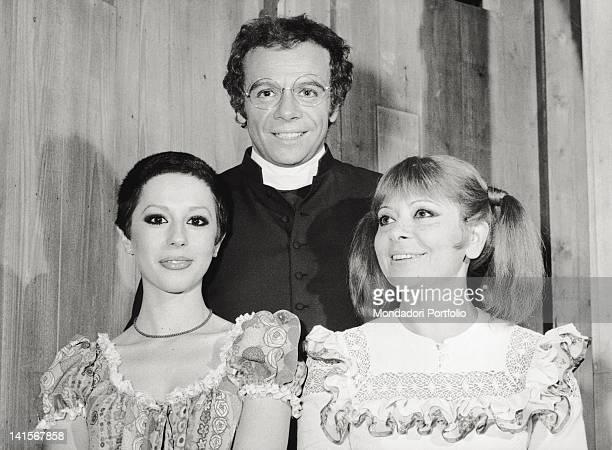 The Italian actors Johnny Dorelli Bice Valori and Daniela Goggi posing during the musical comedy 'Aggiungi un posto a tavola' Rome December 1974