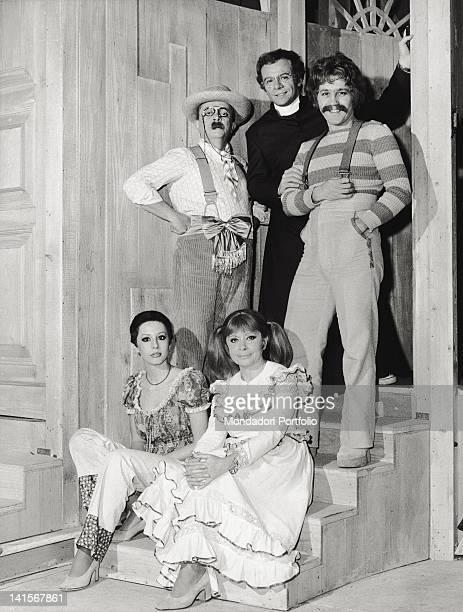 The Italian actors Ugo Morosi Johnny Dorelli Daniela Goggi Bice Valori and Paolo Panelli posing during the musical comedy 'Aggiungi un posto a...