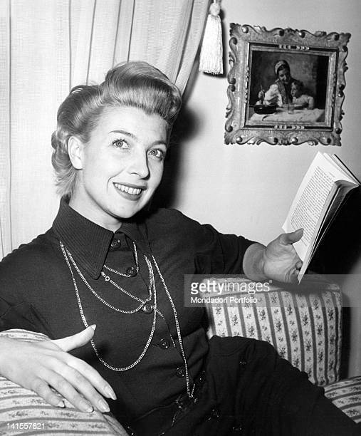 The Italian actress and dubber Isa Barzizza reading a book 1950s