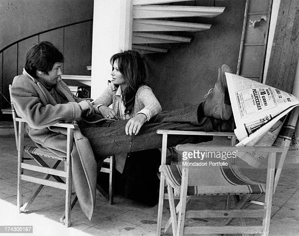 The Italian actress Lea Massari and the French actor Alain Delon during a shooting break of the film La prima notte di quiete, directed by Valerio...