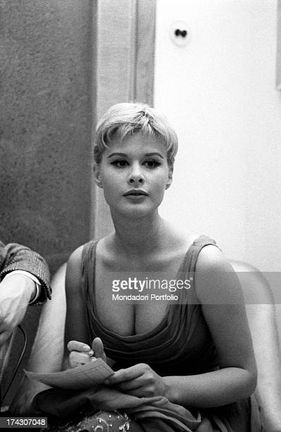 The Italian actress Marisa Allasio is wearing a large collar clothing the actress is in the livingroom of the Italian director Pasquale Festa...