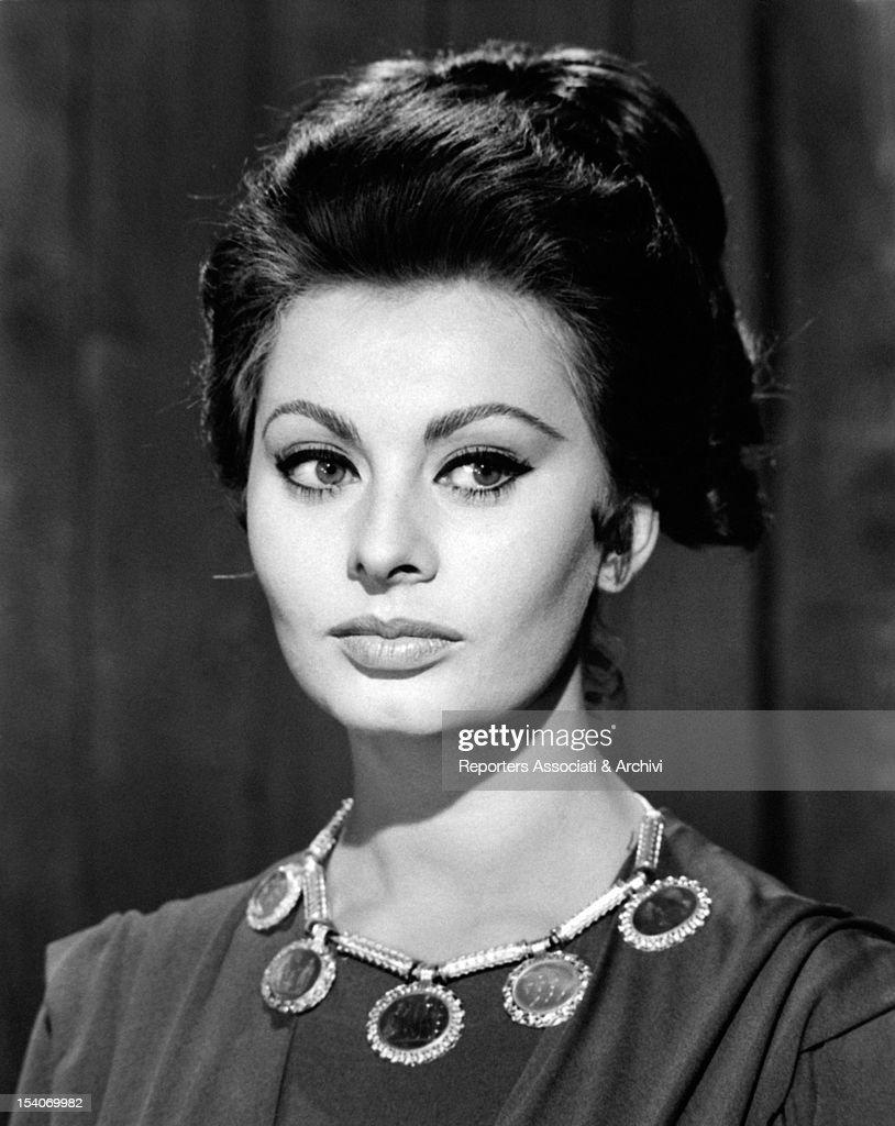 Sophia Loren trying a hairstyle for the movie The Fall of the Roman Empire : Fotografia de notícias