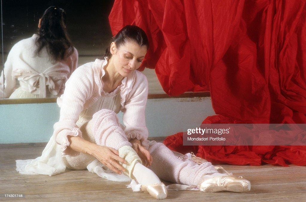 Carla Fracci Sitting On The Floor Of A Rehearsal Room : Foto di attualità