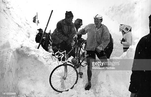 The Italian cyclist Egidio Cornale carrying his bicycle over a pile of snow during the 20th stage of the Giro d'Italia MadesimoStelvio Stelvio 3rd...
