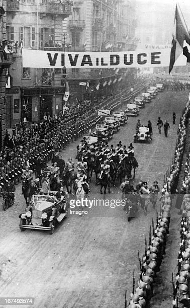 The Italian dictator Benito Mussolini drives in a parade through the streets of Turin. 25th October 1932. Photograph. Der italienische Diktator...