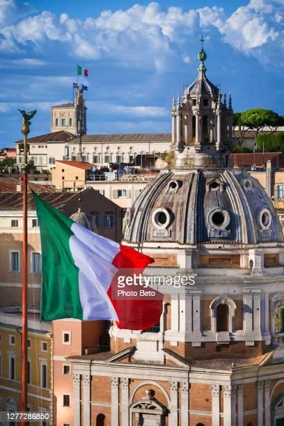 de italiaanse vlaggen vliegen op altare della patria en quirinale in rome - quirinaalpaleis stockfoto's en -beelden
