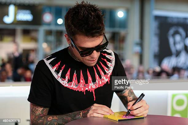 """The Italian rapper Fedez has met hundreds of his fans to autograph the repack album """"Pop-Hoolista"""", titled """"Pop-Hoolista Cosodipinto Edition"""", using..."""