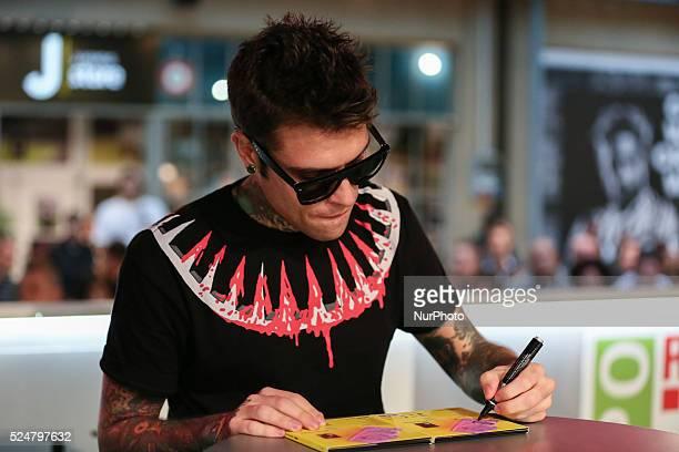 "The Italian rapper Fedez has met hundreds of his fans to autograph the repack album ""Pop-Hoolista"", titled ""Pop-Hoolista Cosodipinto..."