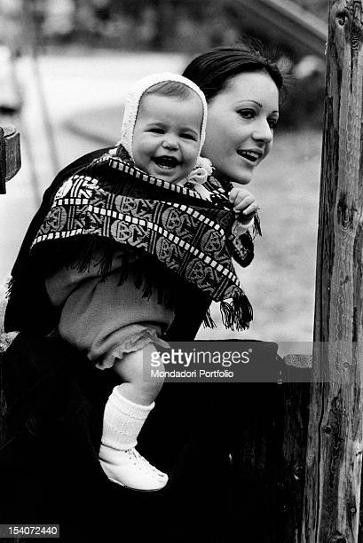 The Italian singer Anna Identici taking her daughter Susanna in her arms 1971