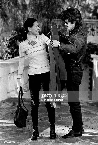The Italian singer Anna Identici wearing a jacket assisted by her husband Maurilio Sioli Sanremo 1971