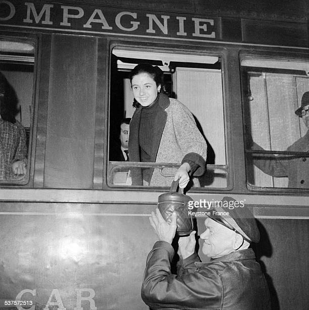 The Italian singer Gigliola Cinquetti arrives by train at the Lyon Station on April 16 1965 in Paris France
